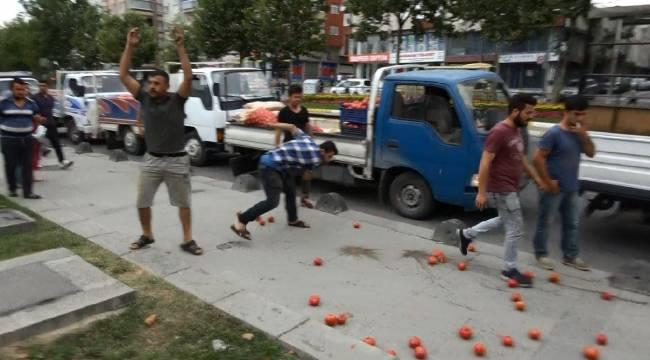 Sultangazi'de Belediye Önünde Domatesli Protesto